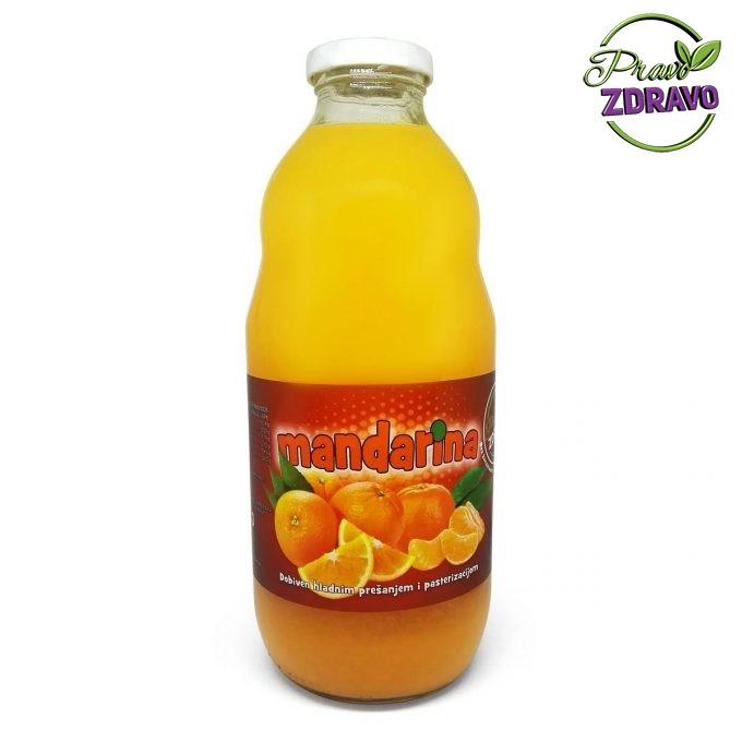 Staklena boca od 1l u kojem se nalazi narančasti prirodni sok od mandarine