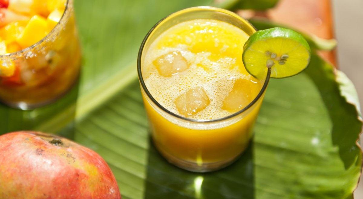 Sok od jabuke u čaši ukrašenoj sa kriškom limuna