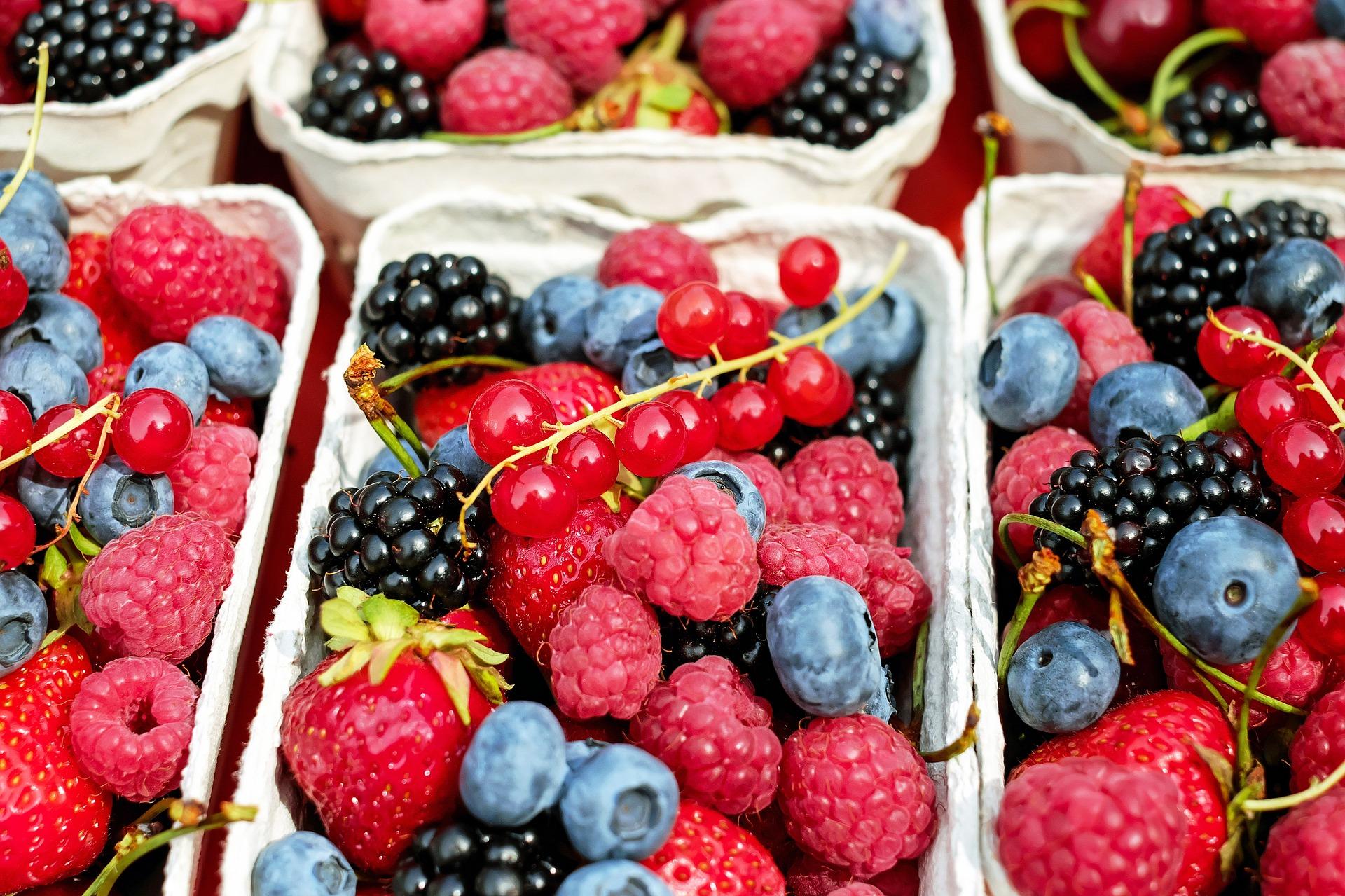Bobičasto voće svih boja, maline, jagode,borovnice