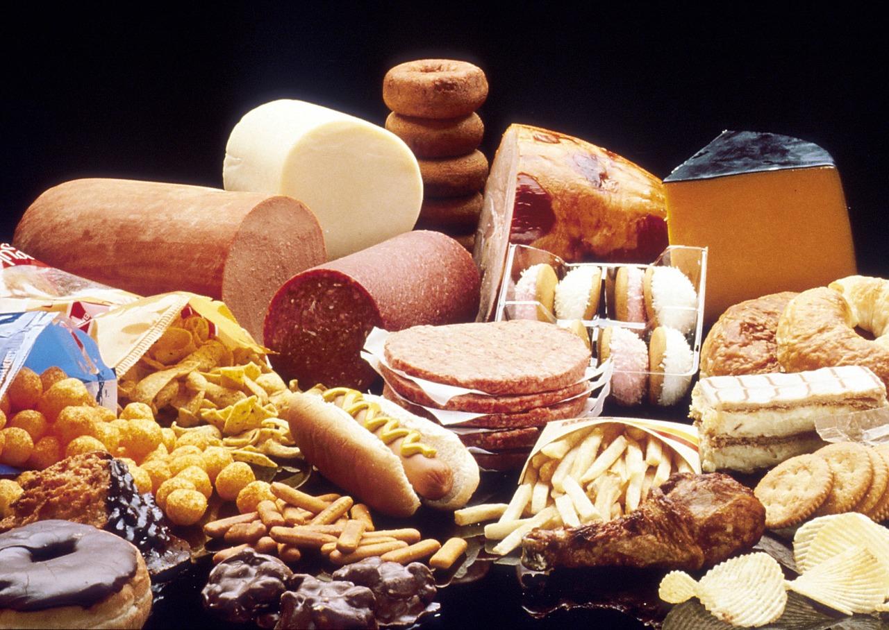 Cikla i limun protiv masnoće u krvi. Na slici se nalaze suhmesnati proizvodi, pržena hrana, slatkiši.